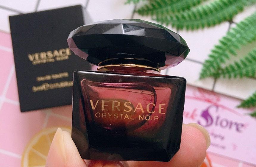 Nước hoa Versace Crystal Noir Women - Chai nước hoa mang đầy sự tinh tế, gợi cảm và rất hài hòa...